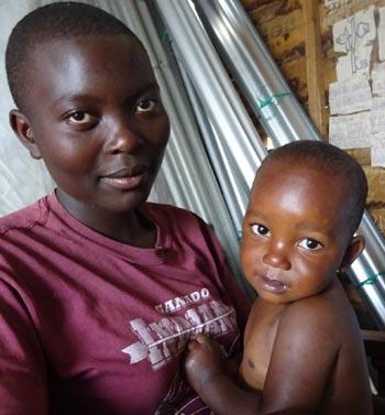 Jeune maman célibataire et son bébé à Goma, RD du Congo