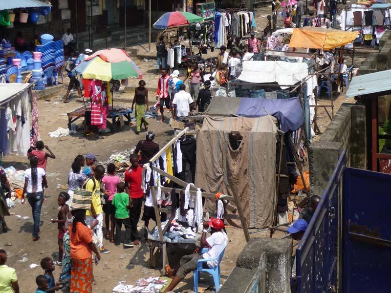 Marché à Kinshasa, lieu de concentration des enfants des rues, RD du Congo