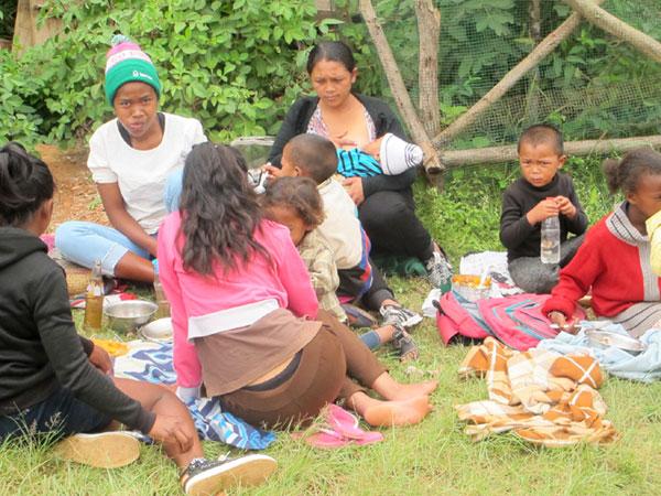 Repas des familles dans les jardins du Centre Akany Aina à Madagascar