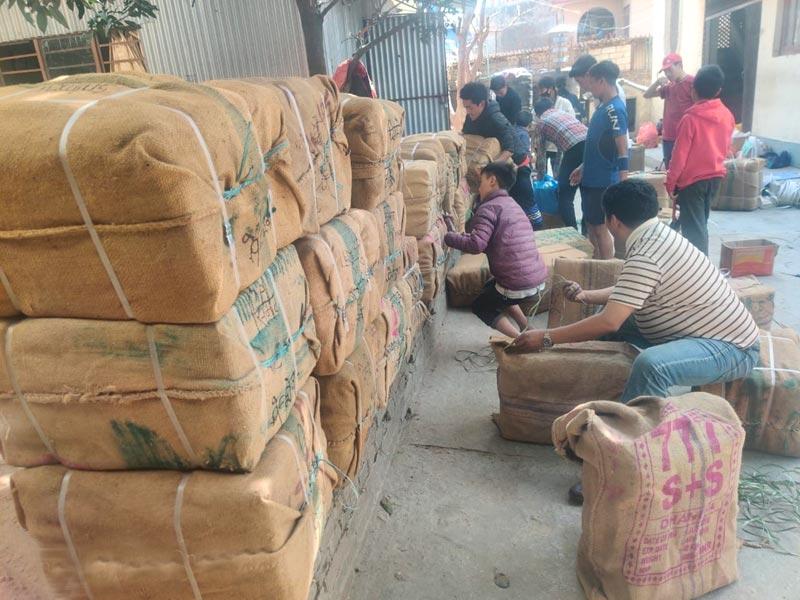 Préparation des colis de matériel pour les écoles du Haut Dolpo au Népal