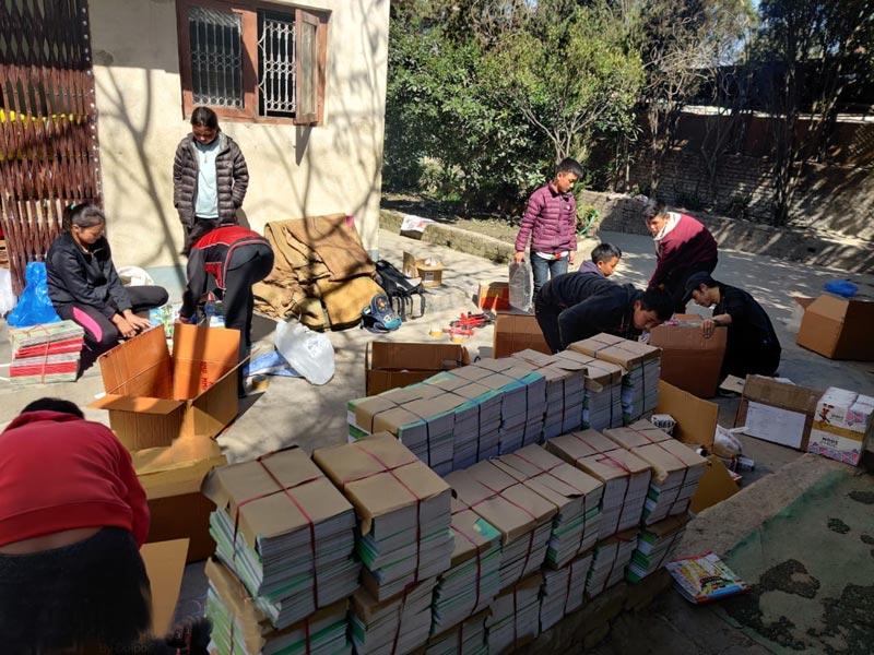 Emballage des fournitures scolaires pour les écoles du Haut Dolpo