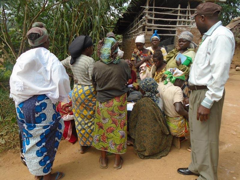 Rassemblement de la population pour le recensement des enfants non inscrits à l'état civil au Nord Kivu, RD du Congo