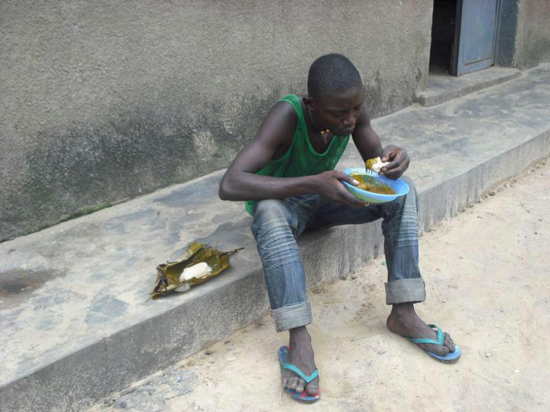 Repas des enfants des rues au centre Ndako Ya Biso à Kinshasa, RD du Congo