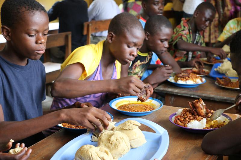 Repas servi quotidiennement aux enfants des rues au centre Ndako Ya Biso à Kinshasa