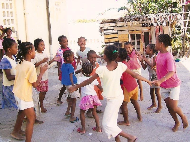 Les enfants de l'orphelinat des Filles de Marie à Majunga en récréation - Madagascar