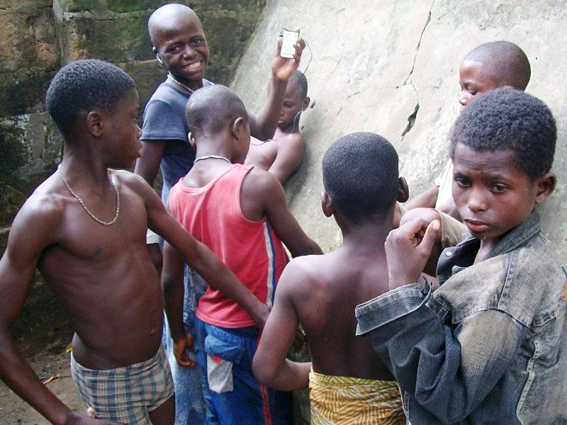 Shégués rassemblés dans une rue de Kinshasa