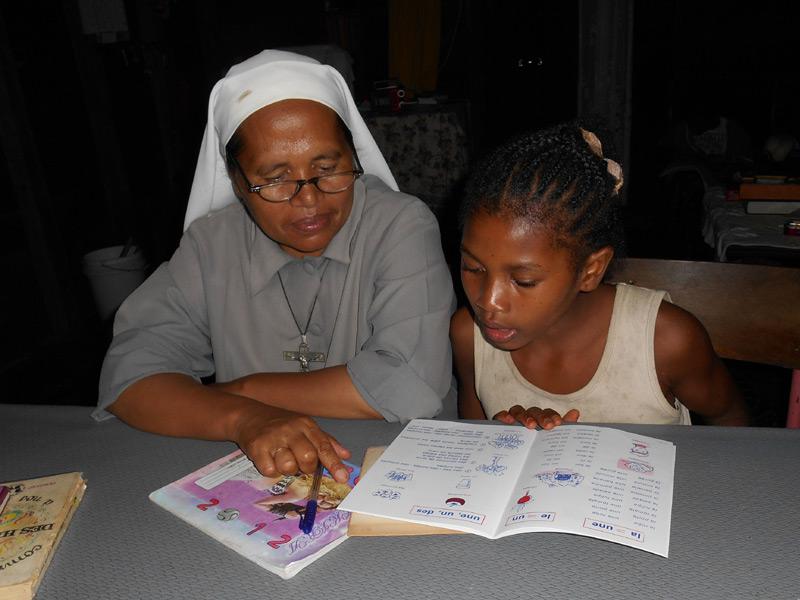 Soutien scolaire et aide aux devoirs à l'orphelinat de Sambava à Madagascar