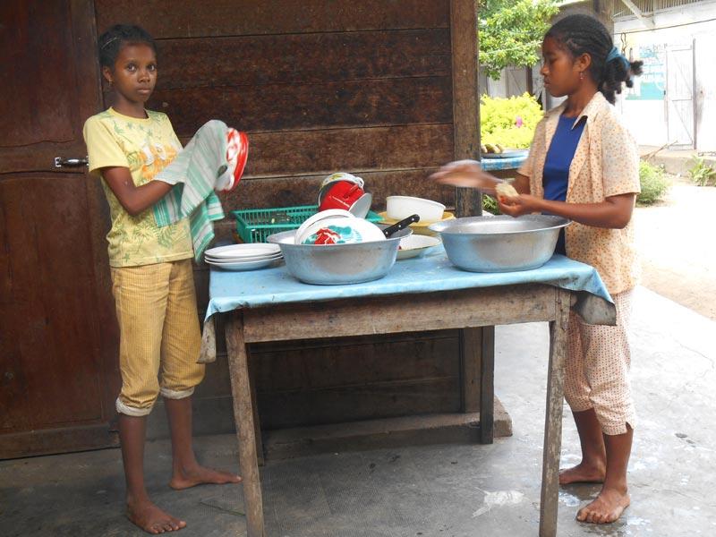 Orphelines faisant la vaisselle du ptit-déjeuner à l'orphelinat d'Amboangibé à Madagascar
