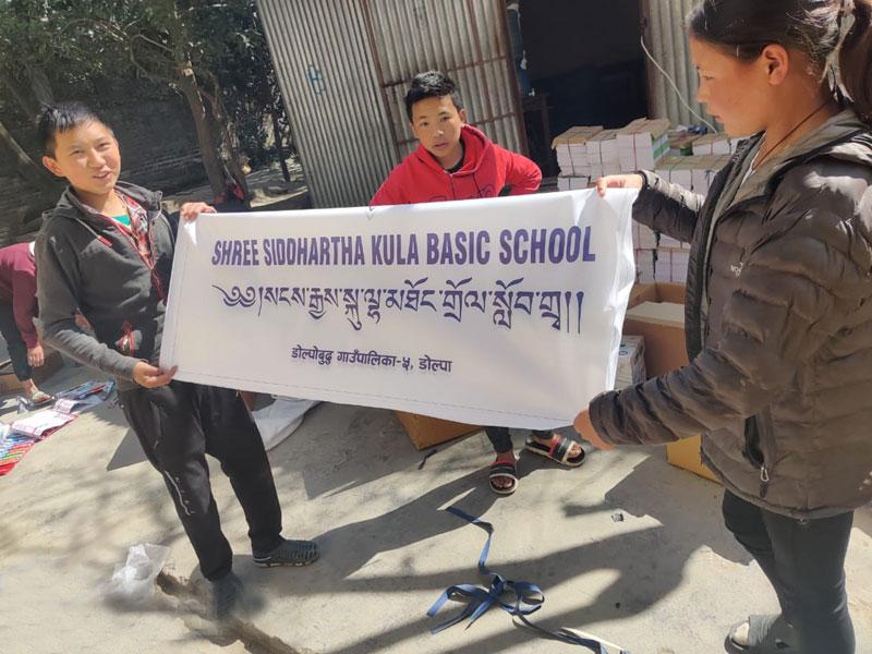 Bannière de l'école tibétaine Siddhartha Kula Basic School à Tinje dans le Haut Dolpo au Népal