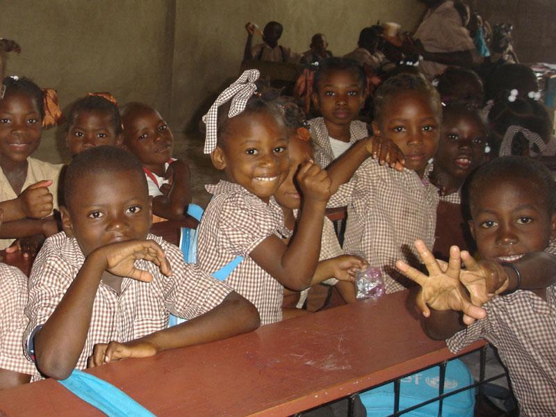 Elèves de l'école primaire des Frères Unis dans le bidonville de Cité Soleil en Haïti