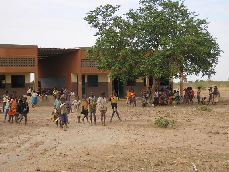 Récréation pour les élèves de l'école primaire de Guiè B au Burkina Faso