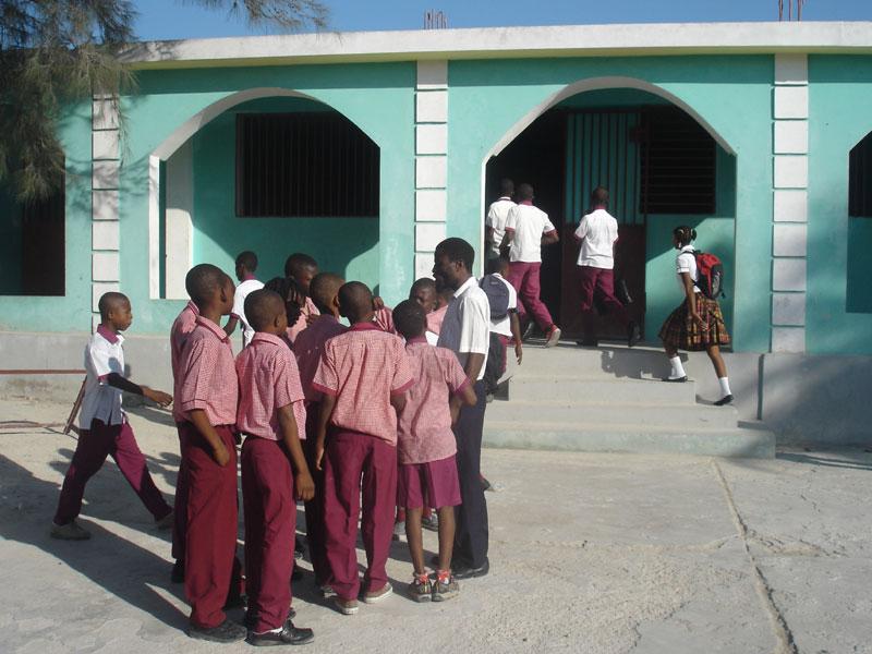 Elèves dans la cour de l'école St Alphonse du bidonville de Cité SOleil en Haïti