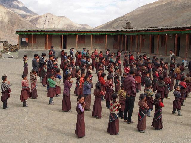 Les élèves dans la cour de l'école Siddhartha Kula Schhol de Tinj dans le Haut Dolpo au  Népal