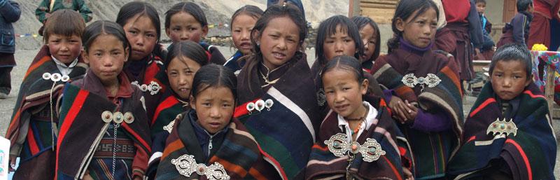 En tenue traditionnelle de fête, quelques écolières de la Siddhartha Kula Basic School de Ting Kyu dans le Haut Dolpo au Népal