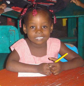 Jeune enfant haitienne scolarisée à l'école St Alphonse de Cité Soleil en Haïti