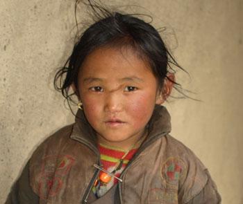 Fillette tibétaine du Népal élève à l'école de Ting Kyu dans le Haut Dolpo