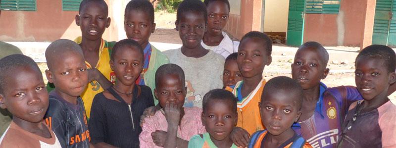 Enfants du Burkina Faso scolarisés par l'AZN à Guiè