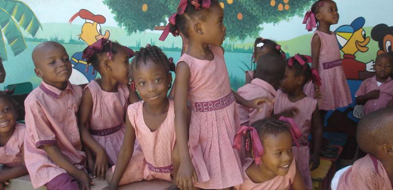 Enfants de l'école maternelle St Alphonse dans le bidonville de Cité Soleil en Hïti