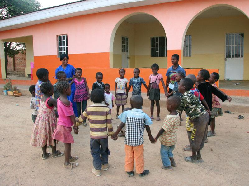 La maison orange du Village d'Enfants Bumi de Karavia accueille les jeunes enfants ainsi que les bébés.