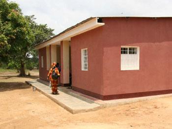La maison rouge du Village d'Enfants Bumi de Karavia accueille les grandes filles.