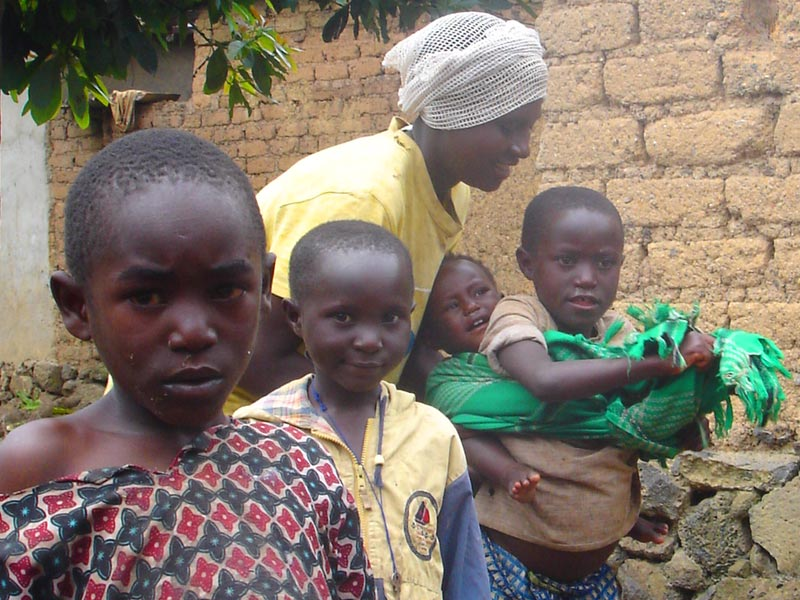 Jeune mère veuve élevant seule ses quatre enfants au Rwanda