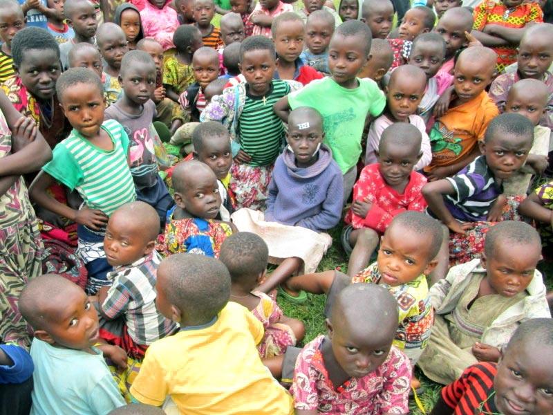 Rassemblement des enfants vulnérables au Point d'Ecoute de Gisenyi au Rwanda pour des activités récréatives.