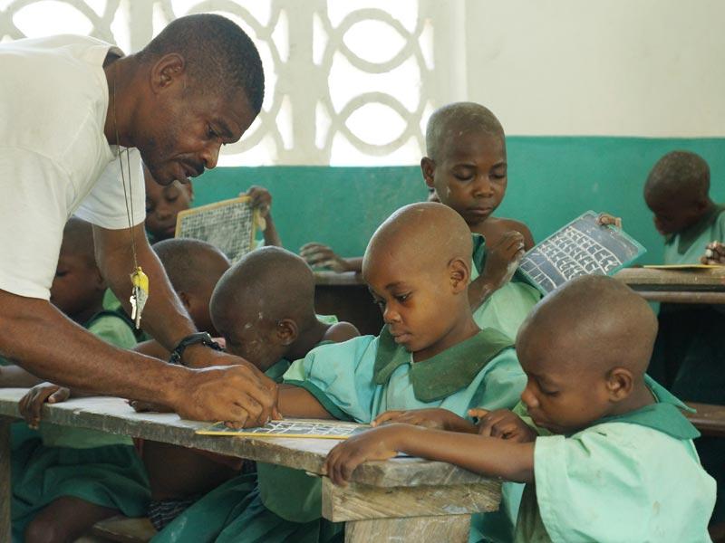 Scolarisation préscolaire des enfantsPygmées Bagyeli par le FONDAF de Bipindi au Cameroun, apprentissage de l'écriture et de la langue française.