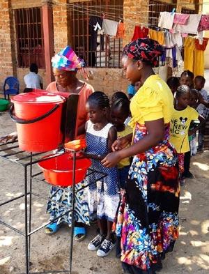Lavage des mains en prévention des maladies hydriques et du Covid-19 pour les enfants de Bumi à Lubumbashi au Congo.