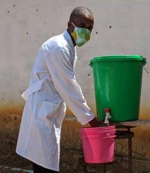 Masque et lavage des mains obligatoires pour les éducateurs et le personnel du Village d'Enfants Bumi en RD du Congo