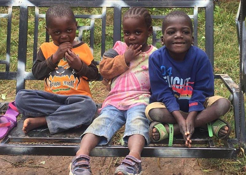 Pendant le confinement suite au Covid-19, trois orphelins dans le jardin du Village d'Enfants Bumi en RD du Congo.