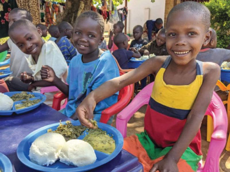 Boules de foufou et sauce de légumes verts, repas typique des orphelins du Village d'Enfants Bumi de Karavia en RD du Congo.