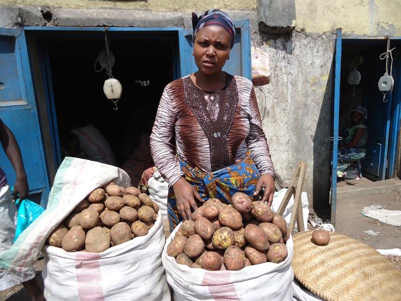 Stock de pommes de terre pour un petit commerce de vente sur le marché de Gisenyi au Rwanda.