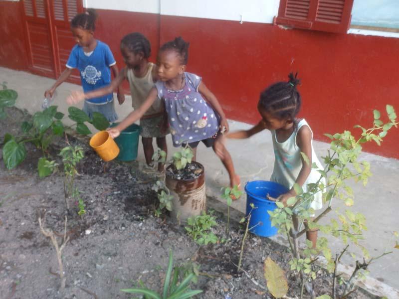 Apprentissage du jardinage pour les orphelines d'Amboangibé durant le confinement