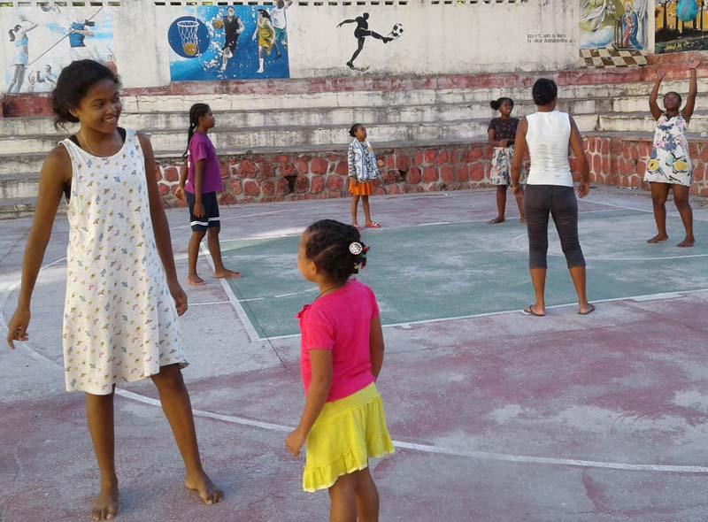 Jeux de plein-air des enfants dans la cour de l'orphelinat de Majunga