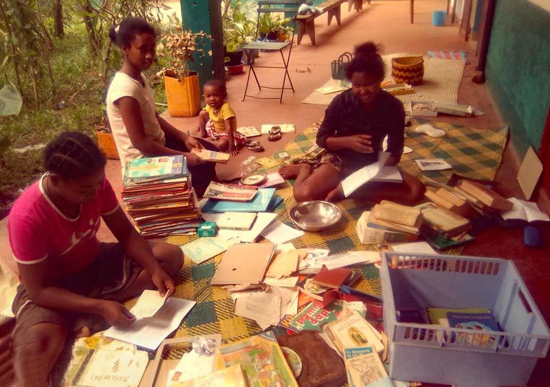 Les orphelines trient et rangent la bibliothèque de l'orphelinat d'Antalaha à Madagascar