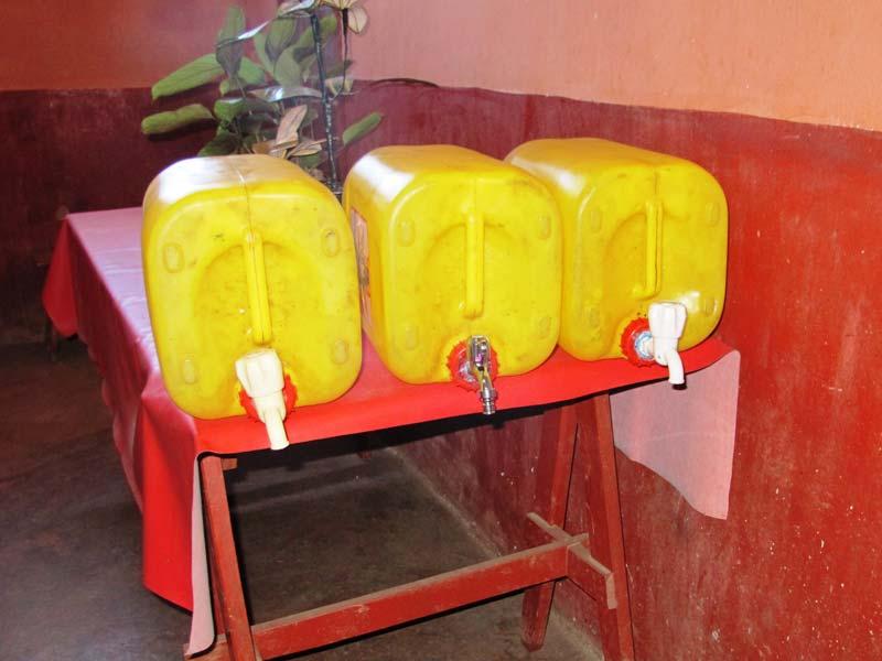 Bidons d'eau adaptés pour le lavage des mains dans l'école Akany Aina à Madagascar.
