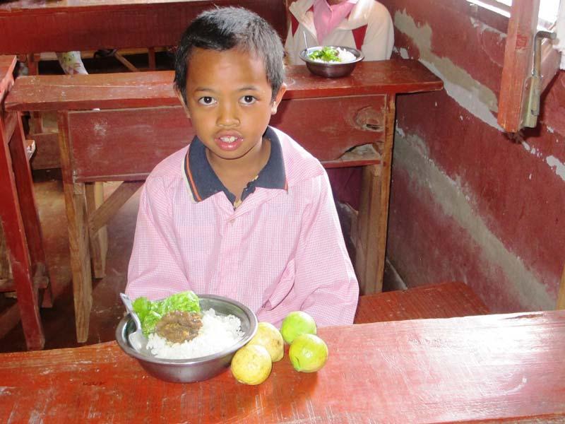 Distanciation sociale à la cantine de l'école Akany Aina à Madagascar