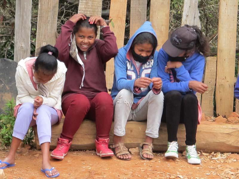 Difficile de garder son masque toute la journée pou ces jeunes malgaches !