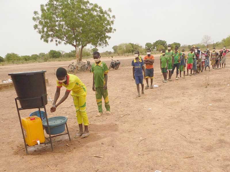 Les élèves de l'école de Koulmastanga se lavent les mains avant d'entrer en classe  au Burkina Faso