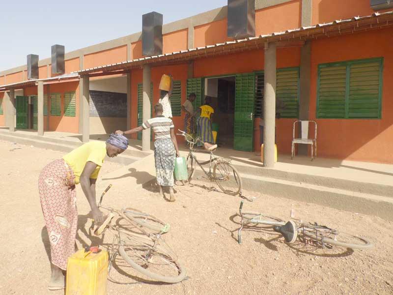 Au Burkina Faso, livraison de l'eau pour l'école de Koulmastanga par les mamans des enfants