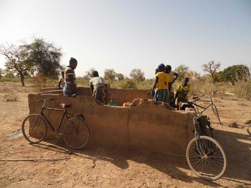 Au Burkina Faso, les mamans puisent chaque matin l'eau destinée à l'école de leurs enfants.