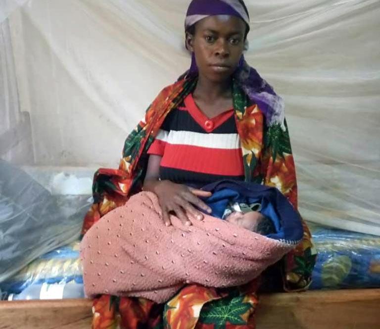 Jeune femme venant d'accoucher à la maternité de Mudusa au Sud Kivu, RD du Congo