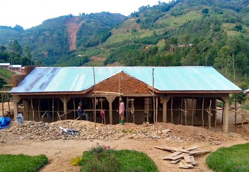 Pose de la toiture de la maternité du Centre Hospitalier de Mudusa, RD du Congo