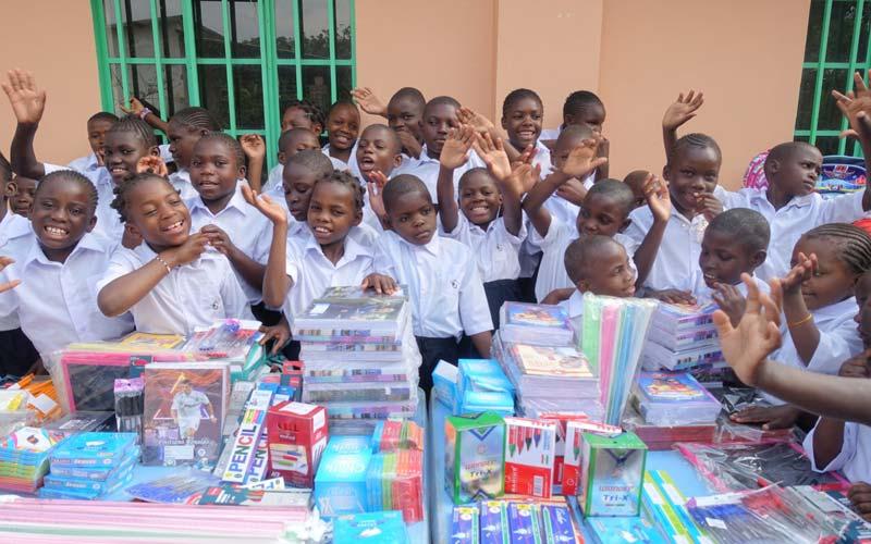 Distribution des fournitures scolaires aux enfants de l'école Bumi de Karavia en RD du Congo