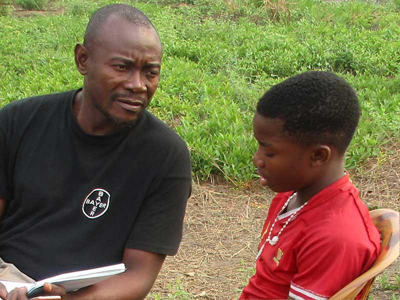 Ecoute d'un enfant des rues par un éducateur de Ndako Ya Biso à Kinshasa pour préparer sa réunification familiale