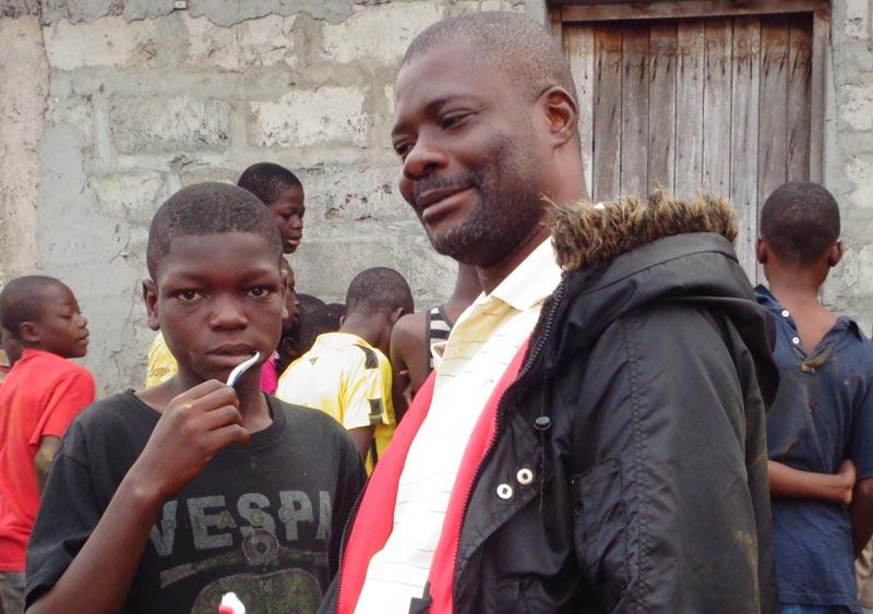 Un enfant des rues de Kinshasa avec son éducateur de Ndako Ya Biso