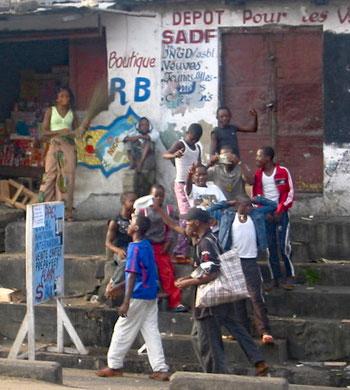 Réveil des enfants des rues sur les marches du rond-point Ngaba à Kinshasa