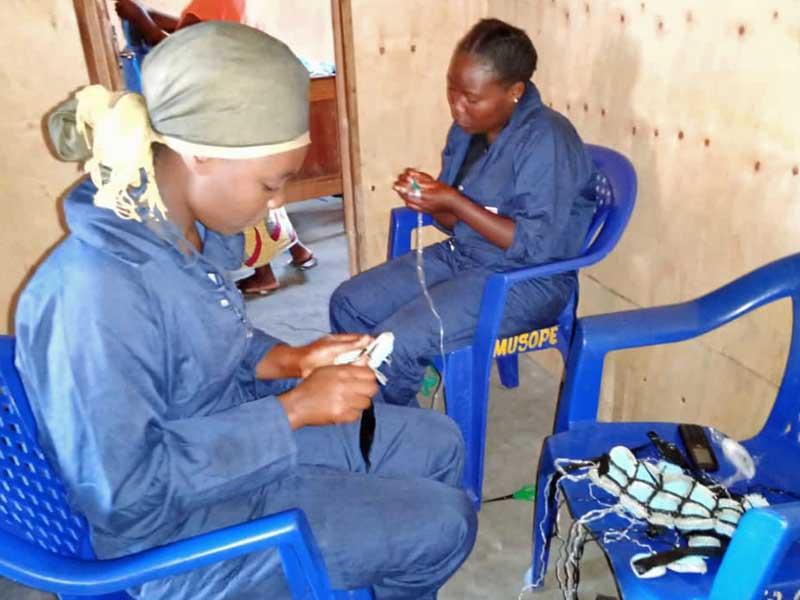 Les apprenties travaillent au crochet les lanières de plastique récupéré