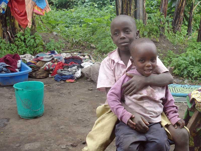 Deux frères orphelins au Rwanda