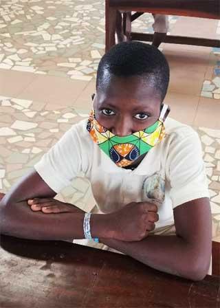 Elève de l'école Ste Marie de Ouénou au Bénin portant un masque en classe lors des cours.